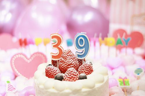 オシャレな誕生日画像:可愛いケーキとキャンドルでお祝い〜38歳編〜のフリー写真素材(商用可)