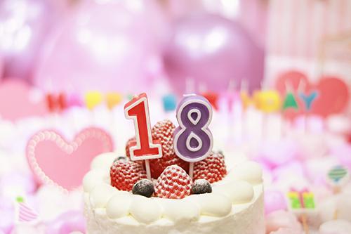 オシャレな誕生日画像:可愛いケーキとキャンドルでお祝い〜17歳編〜のフリー写真素材(商用可)