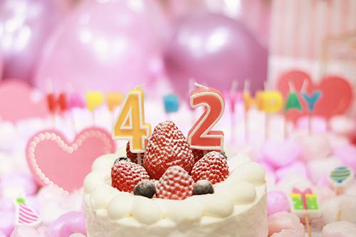 オシャレな誕生日画像:可愛いケーキとキャンドルでお祝い〜42歳編〜のフリー写真素材(商用可)