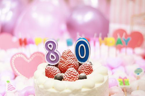 オシャレな誕生日画像:可愛いケーキとキャンドルでお祝い〜80歳編〜のフリー写真素材(商用可)