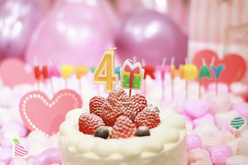 オシャレな誕生日画像:可愛いケーキとキャンドルでお祝い〜4?歳編〜のフリー写真素材(商用可)
