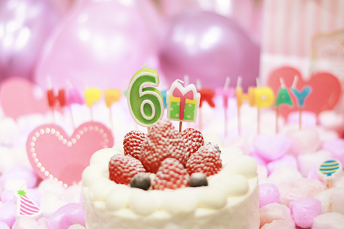 オシャレな誕生日画像:可愛いケーキとキャンドルでお祝い〜6?歳編〜のフリー写真素材(商用可)