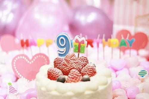オシャレな誕生日画像:可愛いケーキとキャンドルでお祝い〜9?歳編〜のフリー写真素材(商用可)