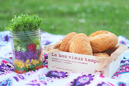 #おしゃピク にピッタリなジャーサラダとそれっぽいパンのフリー写真素材(商用可)