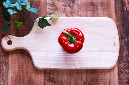 まな板の上のパプリカ(赤)のフリー写真素材(商用可)