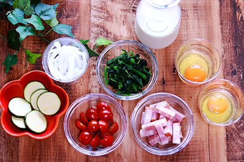 ズッキーニ、たまねぎ、トマト、ほうれん草、牛乳、ベーコン、たまごのフリー写真素材(商用可)