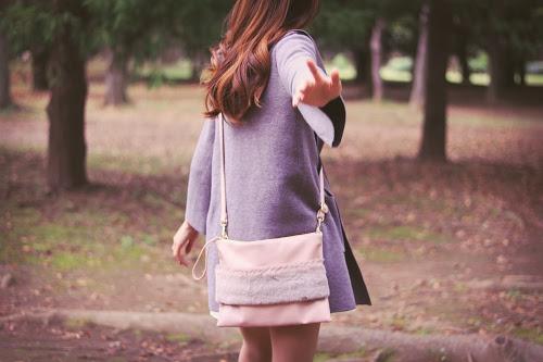 手招きして森の奥に連れて行こうとしている女の子のフリー写真素材(商用可)