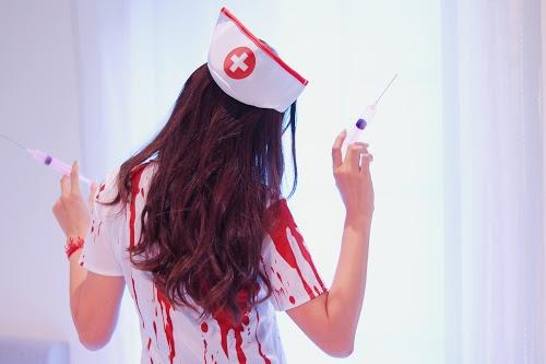 血まみれナースのコスプレをしたハロウィンLOVEな女の子のフリー写真素材(商用可)