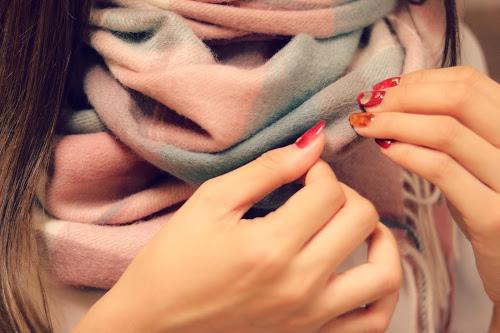萌え袖でマグカップをもつ真冬の女の子のフリー写真素材(商用可)