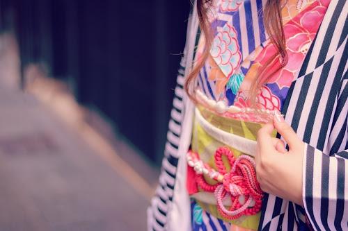 ストライプの羽織と花柄の着物を合わせたオシャレな和装の女の子のフリー写真素材(商用可)