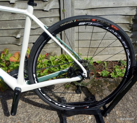 Shaped seattube for shorter chainstay & large tyres