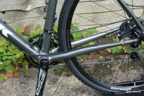 Rear disc brake hydraulic cable routing