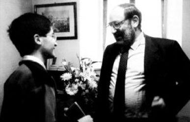 Il giovane studioso in compagnia di Umberto Eco