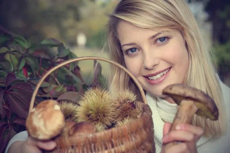 Woman-Holding-mushrooms
