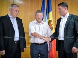 Vasile Grădinaru, preşedintele raionului, este felicitat de vicepreşedinţii proaspăt aleşi Andrei Marian şi Igor Grozavu.