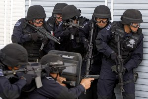 Mexican Federal Police demonstrate a hostage rescue operation during a visit by Republican presidential candidate, Sen. John McCain, R-Ariz., to the police headquarters in Mexico City, July 3, 2008.  (AP Photo/LM Otero)