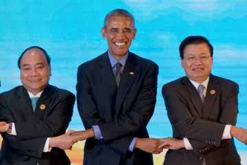 U.S. President Barack Obama links hands with Vietnamese Prime Minister Nguyen Xuan Phuc, left, and Laos' Prime Minister Thongloun Sisoulith, right,  in Vientiane, Laos,  Sept. 8, 2016.  (AP Photo/Gemunu Amarasinghe)