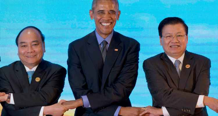 U.S. President Barack Obama links hands with Vietnamese Prime Minister Nguyen Xuan Phuc, left, and Laos' Prime Minister Thongloun Sisoulith, right,  in Vientiane, Laos,  Sept. 8, 2016.  (AP Photo/Gemunu Amarasinghe)
