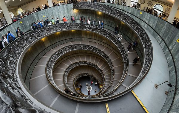 The double spiral staircase designed by Giuseppe Momo for the Vatican Museums 1932. Photo © Colin / Wikimedia Commons / CC-BY-SA-3.0