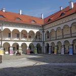 Wystawa  prezentująca dobre praktyki w gminach na dziedzińcu w Zamku w Niepołomicach