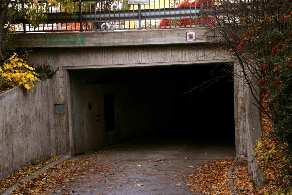 Från ena inslaget. Väggen är delad och skjuts in från bägge håll. Men undrar hur bra skydd detta kunde ge ,men tanken kanske mer var att kunna ge ett skydd mot olika stridsgaser. Att bli instängd i denna tunnel under en kris skulle nog inte vara så roligt.