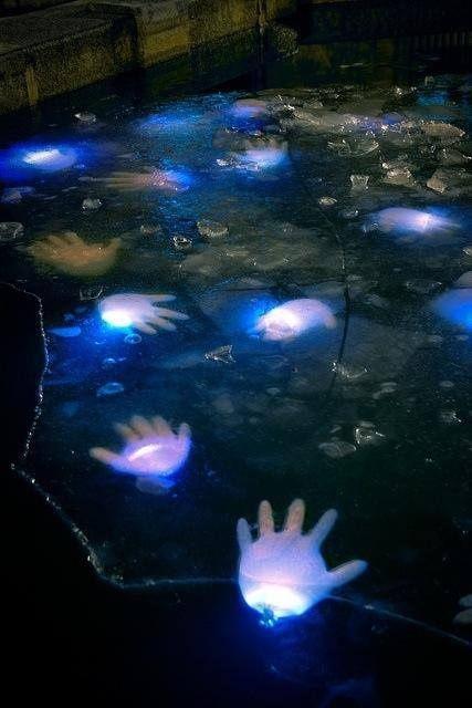 Cool-Glow-Stick-Ideas-Glow-Stick-Floating-Hands-16