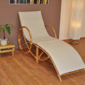 Nádherné lehátko vyrobené z přírodního ratanu a polstrováním v krémové barvě.