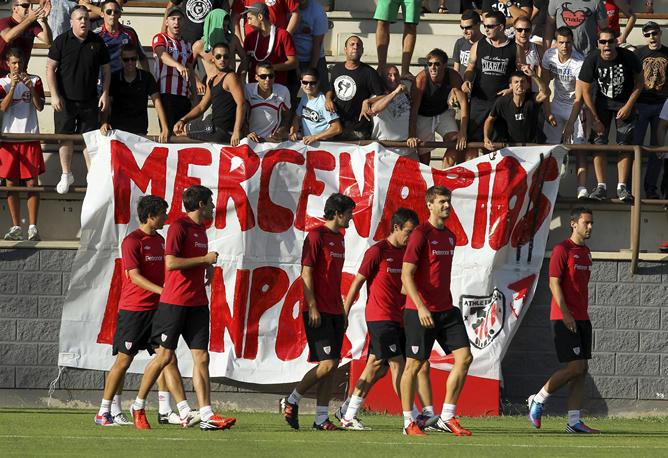 The 'mercenarios kanpora' banner shown to Llorente