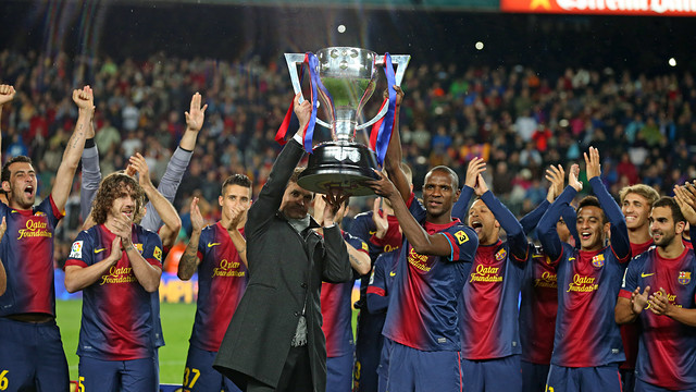 Tito Vilanova, Eric Abidal and rest of the Barcelona players after winning La Liga 2012-13