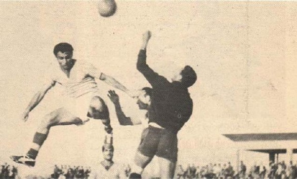Ammo Baba in full flight against Al-Maslaha's Mohammed Thamir during a match in 1959 (source: www.iraqsport.com)