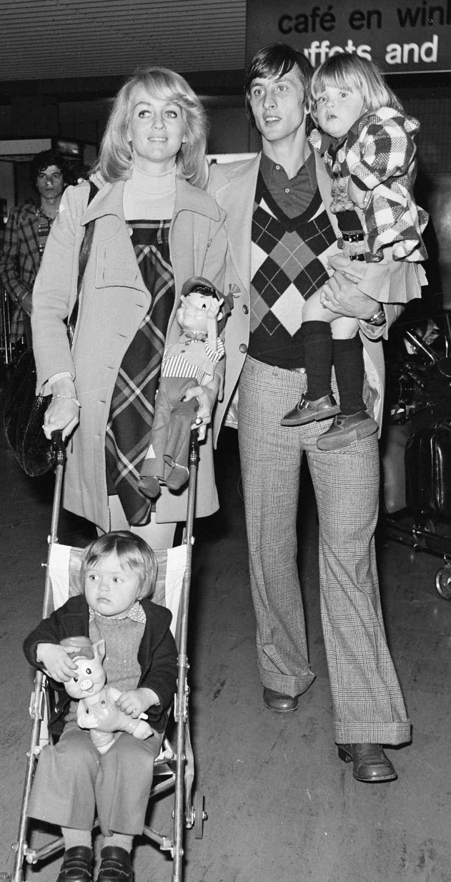 Johan_Cruijff_with_family_1973