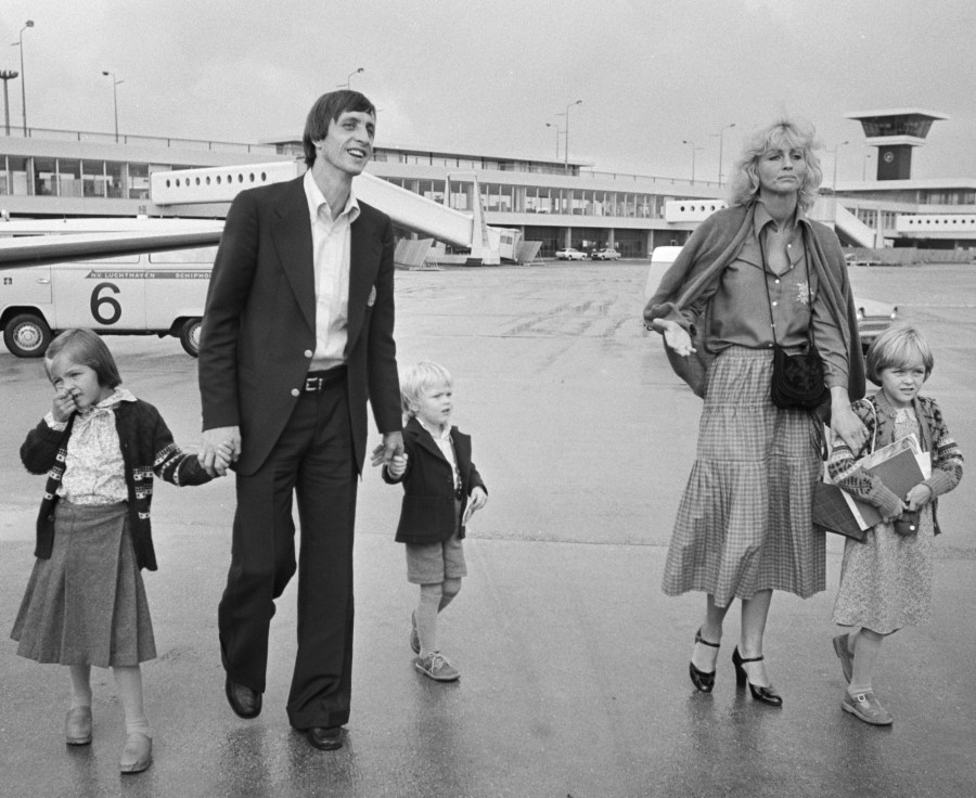 Johan_Cruijff_with_family_1977