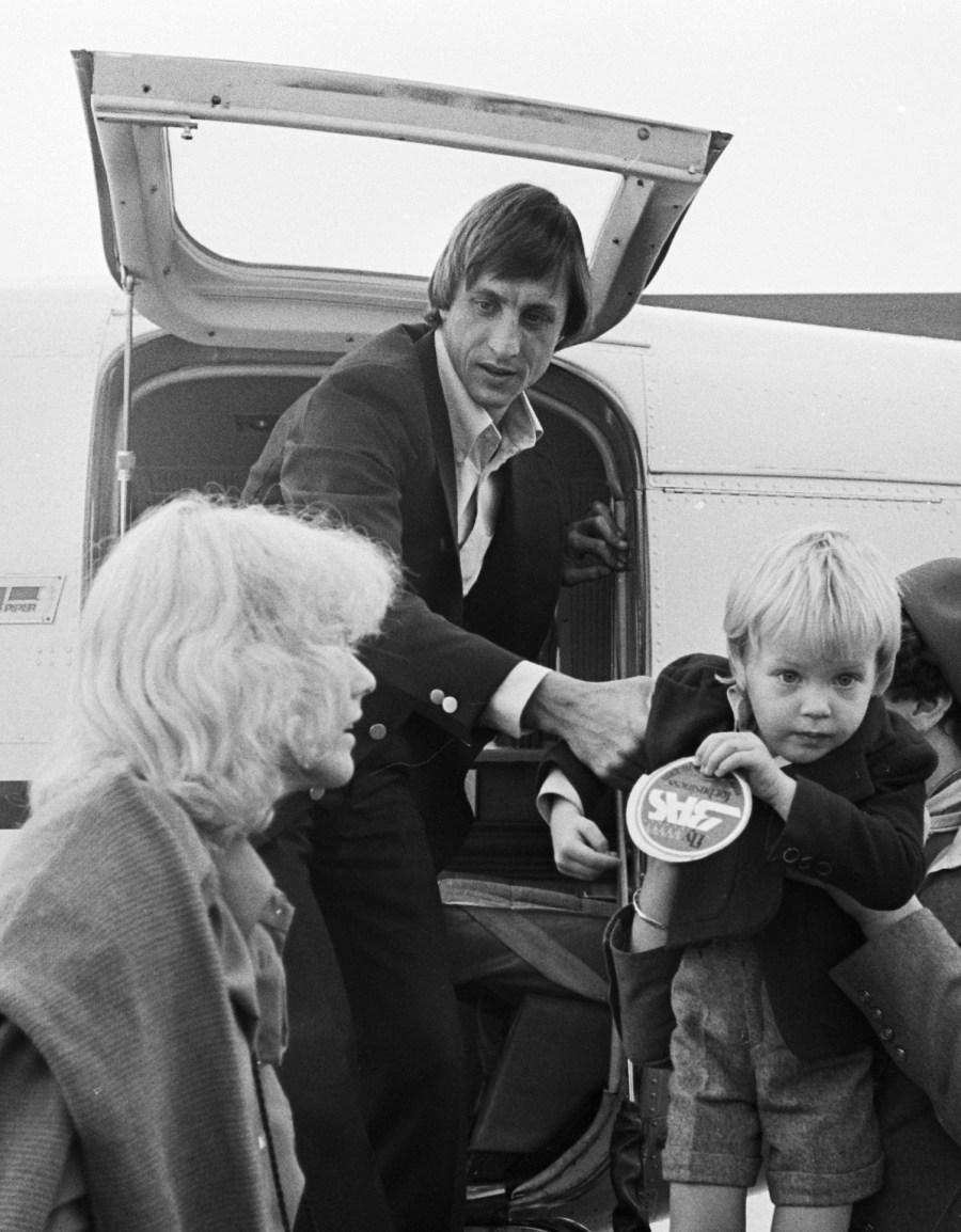 Johan_Cruijff_with_family_1977b