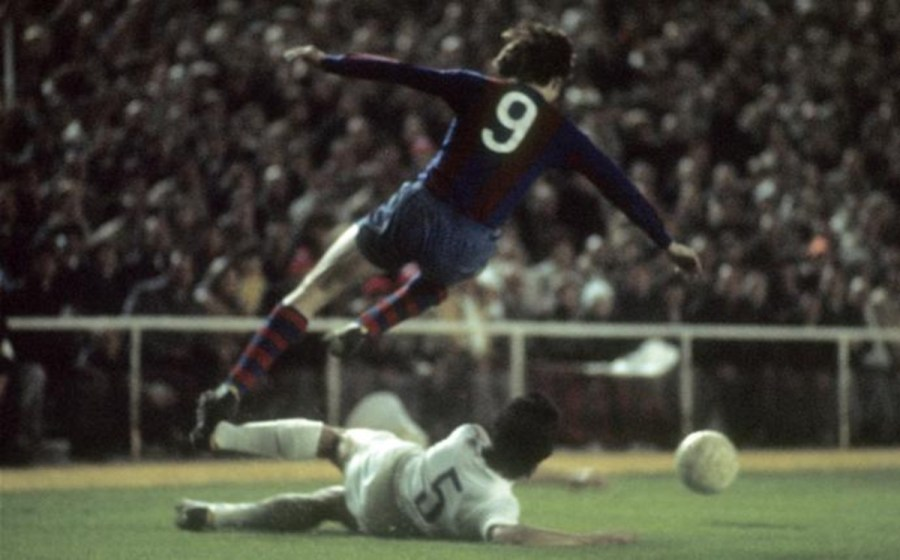 johan-cruyff-una-accion-del-historico-partido-del-bernabeu-saltando-por-encima-del-defensa-blanco-benito-1458839217228