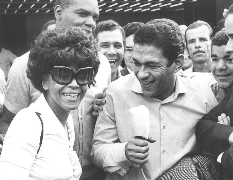 Brasil, Rio de Janeiro, Rio de Janeiro. 10/12/1971. Mané Garrincha e Elza Soares no aeroporto do Galeão. Pasta: 31437 - Crédito:ARQUIVO/ESTADÃO CONTEÚDO/AE/Codigo imagem:5235