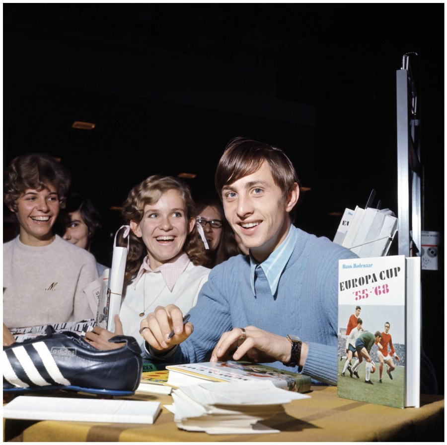 ph-bob-van-dam-johan-cruyff-nel-corso-di-una-sessione-di-autografi-al-rai-di-amsterdam-1968