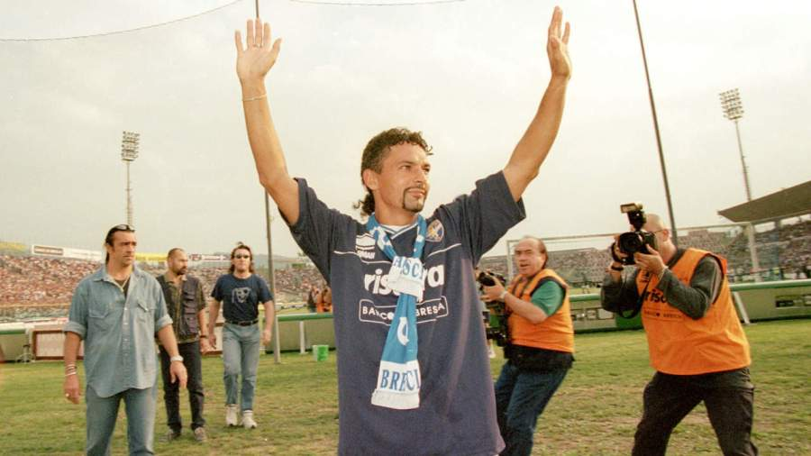 16 Sep 2000: Roberto Baggio of Brescia waves to the crowd before the Coppa Italia match against Juventus played at the Estadio Rigamonti, in Brescia, Italy. The match ended in a 0-0 draw. Mandatory Credit: Claudio Villa /Allsport