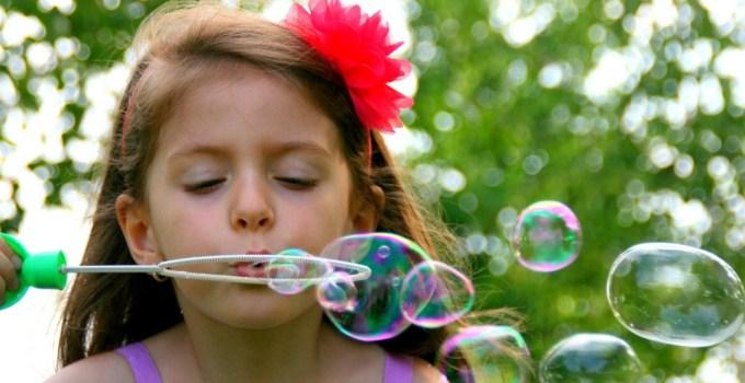 Bolle di sapone fatte in casa senza glicerina : ricetta e trucchi