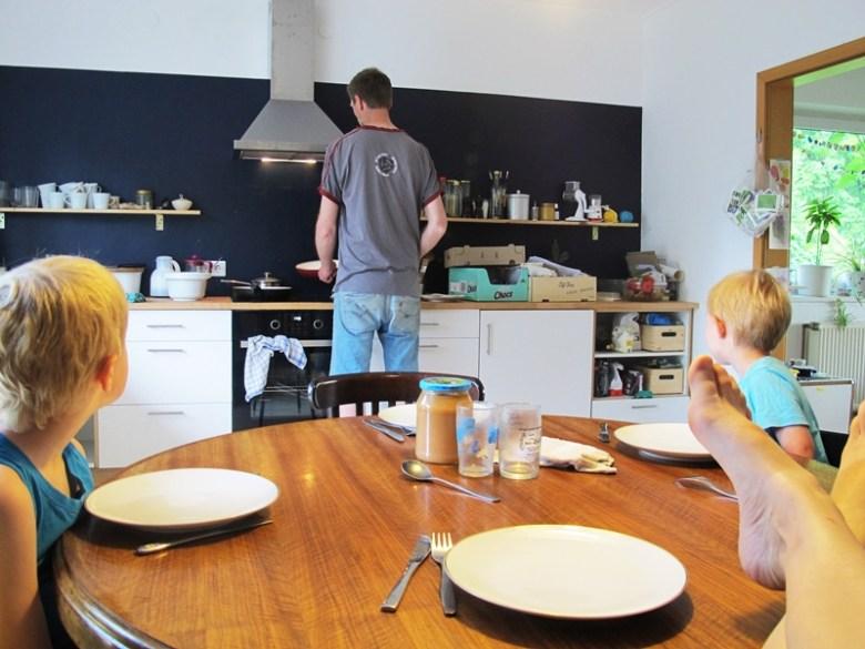 Ehemann backt Pfannkuchen