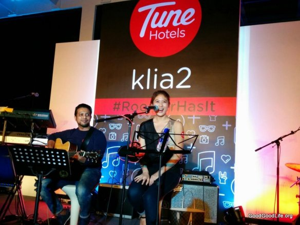 Elizabeth Tan Sings at the #RoomerHasIt Tune Hotel@KLIA2
