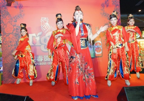 "5.Performance by Xiao Tian Tian entertained patrons of Kepong Food Court during Tiger Beer's ""Abundance of Prosperity"" consumer event."