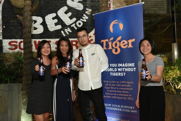 From left- Selene Ong, Brand Manager of Tiger Beer, Jessie Chuah, Marketing Manager of Tiger Beer, visual artist Kenji Chai and Joyce Lim, Senior Brand Manager of Tiger Beer