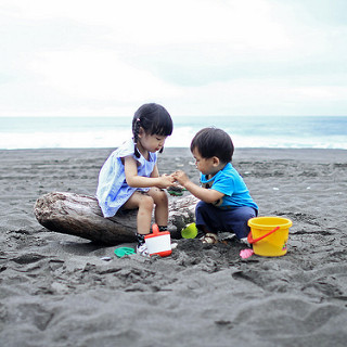 2-children-in-sand