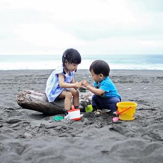 2-children-in-sand