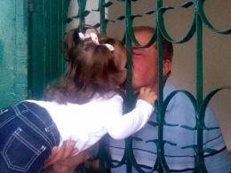 Айше Умерова Малыши обнимают дедушку через решетку целуют ему руки... На это слишком больно смотреть