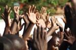 Mange hender som strekkes mot himmelens Gud