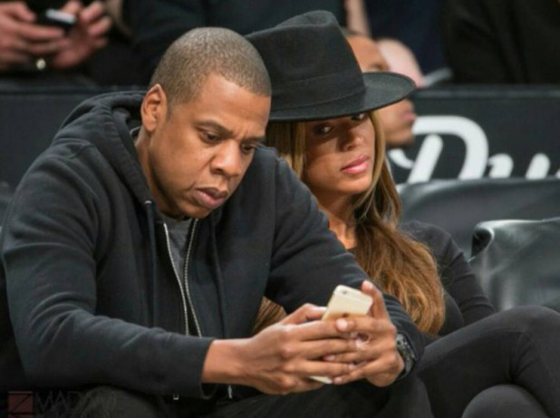 beyonce-looking-jayz-phone