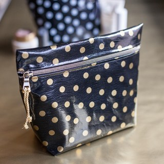 In this tutorial, Lia Griffith shares a gorgeous DIY oilcloth makeup bag that you'll love. -Sewtorial
