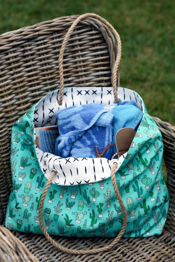 Here's a cute beach tote tutorial by Radiant Home Studio that's easy to make and casually chic. -Sewtorial