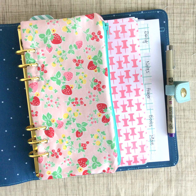 Clover & Violet show how to create a custom fabric binder pencil pouch out of your favorite fabric in this step-by-step tutorial. -Sewtorial